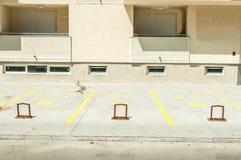 Privé parkeerterreinruimte voor auto's met reserveaantallen voor de woningbouw in de stad en metaalbarrières lo stock afbeeldingen