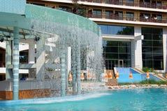 Privé pool met waterval stock afbeelding