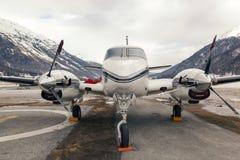 Privé stralen en een helikopter in de luchthaven van St Moritz Switzerland stock foto's
