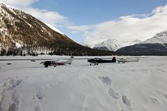 Privé stralen, vliegtuigen en helikopters in de luchthaven van St Moritz Switzerland in de alpen Royalty-vrije Stock Foto's