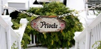 Privé teken dat onderaan verscheidene stappen tot een bootlancering leidt royalty-vrije stock afbeelding