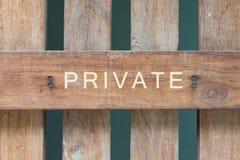 Privé teken op hout Stock Fotografie