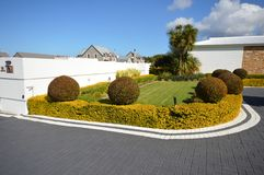 Privé tuin achter witte muren stock foto