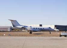 Privé Vliegveld met vliegtuigen stock afbeeldingen