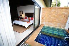 Privé zwembad, zonlanterfanters naast de tuin en gebouwen Stock Afbeeldingen