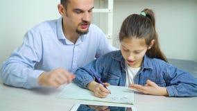 Priv? priv?-leraar die weinig schoolmeisje met studies helpen stock videobeelden