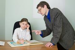 Privé-leraar en schoolmeisje met atlas Stock Foto