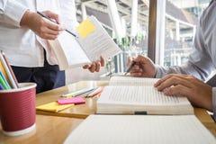 Priv?-leraar, het leren die, onderwijs, Groep tiener bestuderend nieuwe les aan kennis in bibliotheek tijdens het helpen van het  royalty-vrije stock foto's