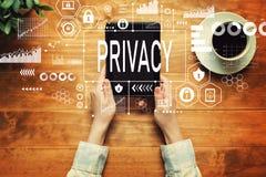 Privacy met een persoon die een tablet houden stock foto