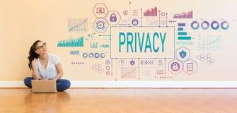 Privacy met jonge vrouw die een laptop computer met behulp van Royalty-vrije Stock Fotografie