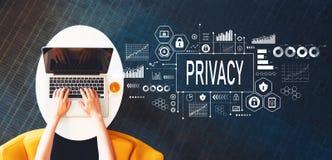 Privacy met persoon die laptop met behulp van royalty-vrije stock foto