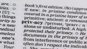 Privacydefinitie in woordenboek, recht wordt gericht dat alleen of ongestoord te blijven stock video