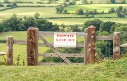 Privado mantenha para fora o sinal em Gloucestershire, Inglaterra fotos de stock royalty free