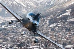 Privat在冬天游览城市,山包围的村庄上的飞机或航空器飞行 免版税库存图片