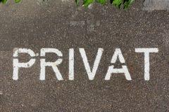 Privat德国私有标志沥青停车处被绘的警告交通 库存图片