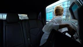 Privat chaufföröppningsdörr av bilen, affärskvinna som går till kontoret, damframstickande lager videofilmer