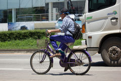 Privat cykel med gamala mannen Royaltyfri Foto