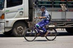 Privat cykel med gamala mannen Royaltyfria Bilder