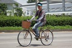 Privat cykel med mannen Arkivbilder