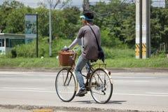 Privat cykel med mannen Royaltyfria Bilder