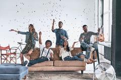 privat deltagare Gruppen av lyckliga ungdomari tillfälliga kläder dricker royaltyfri foto