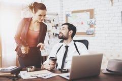 Privat detektiv- byrå Mannen och kvinnan talar som dricker kaffe royaltyfri foto