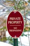 Privat egenskap för oval form inget inkräkta tecken med röda och vita färger fotografering för bildbyråer