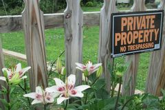Privat egenskap inga Tresspassing liljor royaltyfri foto