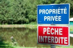 Privat egenskap-inget fisketecken som förbjuder fiske på kanten av en sjö, Frankrike royaltyfria foton