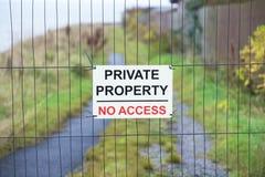Privat egenskap som inget tillträde undertecknar i landslandsbygd royaltyfri foto