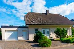 Privat hus, förorter arkivbild