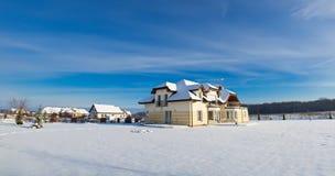 Privat hus i vinter Arkivbild
