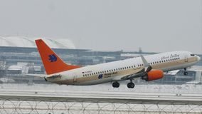 Privat Jet ALBERT BALLIN, Boeing 737-700 auf Schnee stock video