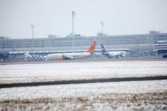Privat Jet ALBERT BALLIN, Boeing 737-700 på snö Royaltyfria Bilder