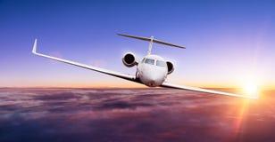 Privat jet som flyger ovannämnda moln royaltyfri foto