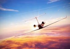 Privat jet som flyger ovannämnda moln royaltyfri fotografi