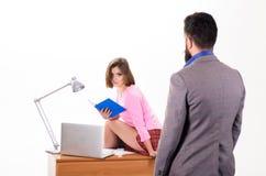 Privat kurs Man som ser den sexiga skolal arkivfoton