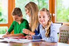 Privat lärare som hemma ger kurser arkivbild