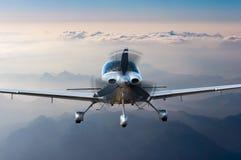 Privat ljust flygplan eller flygplanfluga på bergbakgrund storgubbeloppbegrepp royaltyfri fotografi