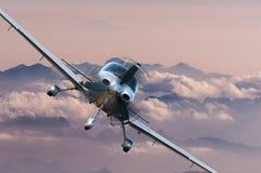 Privat ljust flygplan eller flygplanfluga på bergbakgrund storgubbeloppbegrepp Arkivfoton