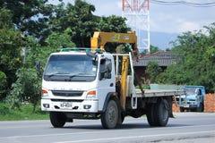 Privat Mitsubishi Fuso lastbil med kranen Arkivbild