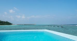 Privat pöl av den lyxiga vatten-bungalowen Maldiverna arkivbilder