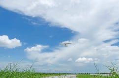 Privat propellernivå som av tar landningsbanan royaltyfri bild