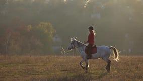 Privat sektor med hus och ryttare som rider en häst långsam rörelse stock video