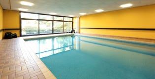 Privat simbassäng i en byggnad arkivbild