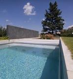 privat simning för trädgårds- trevlig pöl Arkivbild