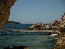 Privat strand på prinsöarna med Istanbul horisont Arkivfoto