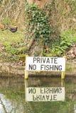 'Privat - tecken för inget fiske som 'fixas i flodstrandvatten royaltyfri bild