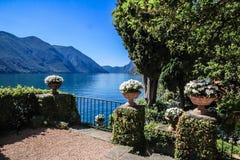 Privat trädgård och sjö Arkivfoton