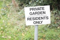 Privat trädgårds- teckenstolpe för invånare endast royaltyfri bild